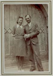 Frau und herr Senz, fotografiert vor dem heutigen großen fenster des Jugendtreffs